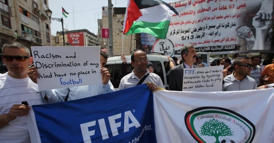 19.mai.2015 - Palestinos pedem a expulsão da seleção de futebol de Israel da Fifa. A Palestina é membro da Fifa desde 1998 pede a banimento de Israel como comportamento discriminatório da entidade com atletas palestinos