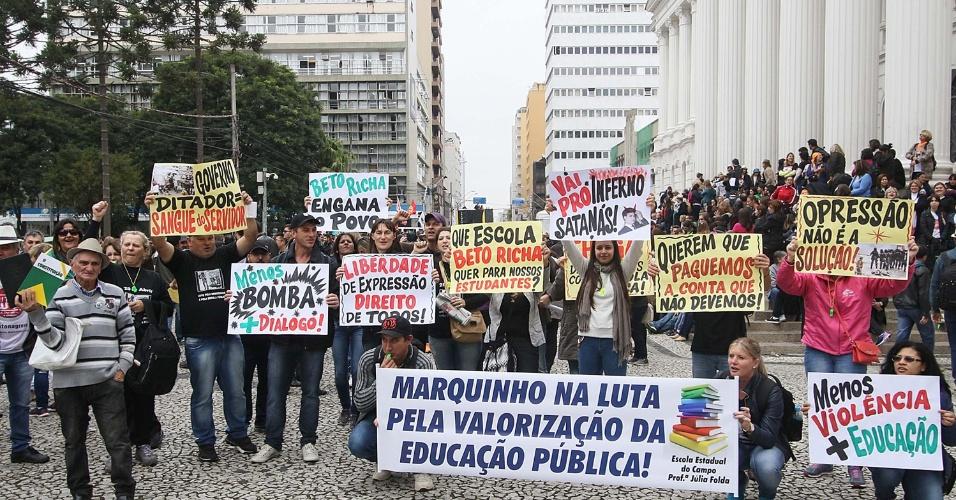 19.mai.2015 - Professores e funcionários de escolas e universidades estaduais, que estão em greve desde o fim de abril, entre outros servidores, se reúnem para protesto contra o governador Beto Richa, na praça Santos Andrade, em Curitiba (PR), nesta terça-feira