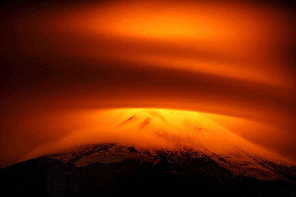 19.mai.2015 - Vulcão Villarrica é parcialmente encoberto por nuvens em Pucón, Chile