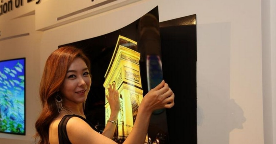 20.mai.2015 - A LG desenvolveu uma TV ultrafina, que mais se assemelha a um papel de parede do que a um eletrônico. Com 55 polegadas, 0,97 mm e 1,9 kg, o aparelho pode ser fixado na parede apenas com ímãs. A televisão de tecnologia OLED foi apresentada pela empresa em um evento na Coreia do Sul. O produto ainda não está disponível para vendas e não há previsão de quando ele chegará às lojas