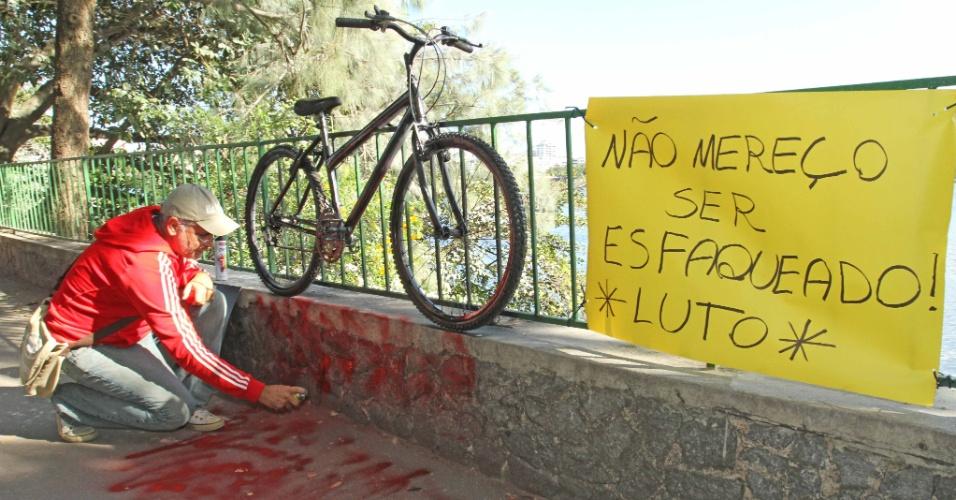 20.mai.2015 - A ONG Rio de Paz realizou um ato público ao redor da Lagoa Rodrigo de Freitas, zona sul do Rio de Janeiro, em protesto pela morte do médico Jaime Gold, que foi esfaqueado na noite de terça-feira (19), enquanto praticava ciclismo no local