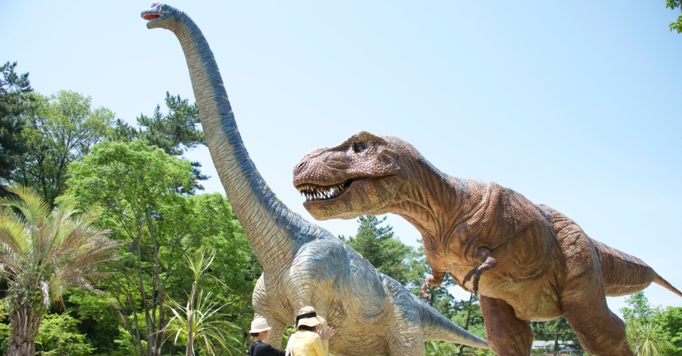 20.mai.2015 - A prefeitura da cidade de Okazaki, em Aichi, no Japão, Instalou uma réplica de tiranossauro com 4 metros e meio de altura e 12 metros de comprimento e um branquiossauro de 14 metros de altura e 18 metros de comprimento no parque Higashi. A ideia era aumentar a frequência do local e vem dando certo