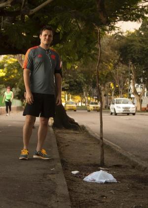 O médico Roberto Oberg, que prestou os primeiros socorros ao ciclista, observa o local onde ocorreu o crime