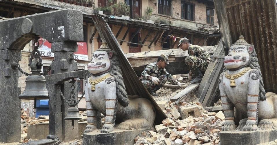 20.mai.2015 - Soldados nepaleses ajudam a remoção de escombros de um templo em Katmandu, Nepal. Dois terremotos atingiram o país nos dias 25 de abril e 12 de maio deixando cerca de 8.600 mortos, mais de 16.000 feridos e causando a destruição de quase meio milhão de casas