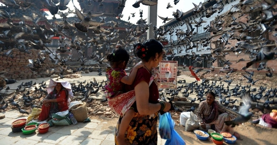 20.mai.2015 - Uma mulher atravessa a praça Durbar, em Katmandu, Nepal. Dois terremotos atingiram o país nos dias 25 de abril e 12 de maio deixando cerca de 8.600 mortos, mais de 16.000 feridos e causando a destruição de quase meio milhão de casas