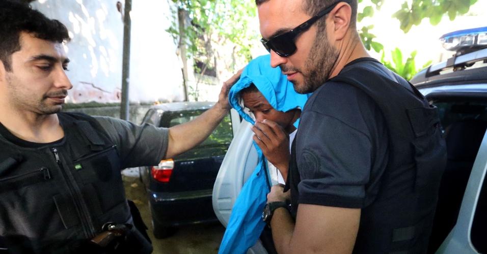21.mai.2015 - A Polícia Civil do Rio apreendeu, na manhã desta quinta-feira (21), um adolescente de 16 anos, suspeito de esfaquear o médico Jaime Gold, 56, na noite da última terça-feira (19), na lagoa Rodrigo de Freitas, zona sul da cidade. Ele já havia sido detido 15 vezes, sendo cinco por roubo com utilização de arma branca. Ele foi preso em casa, na comunidade de Manguinhos, na zona norte, por volta de 5h, por agentes da Delegacia de Homicídios e foi levado para a unidade de polícia na Barra da Tijuca