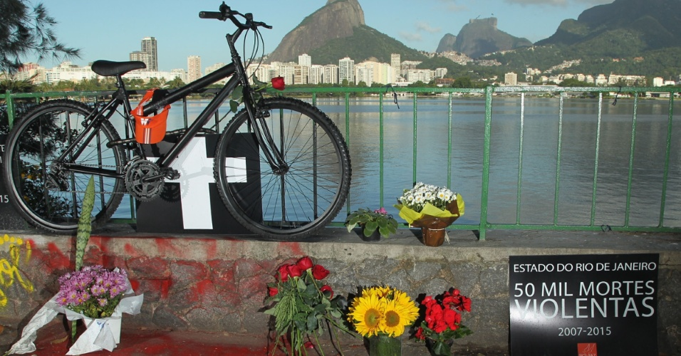21.mai.2015 - Flores são deixadas no local onde o médico Jaime Gold, 56, foi morto a golpes de faca enquanto andava de bicicleta, na lagoa Rodrigo de Freitas, na zona sul do Rio de Janeiro
