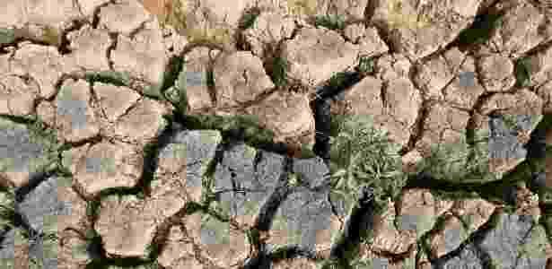 21.mai.2015 - Leito da represa Jaguari aparece ressecado em Joanópolis, interior de São Paulo. A represa faz parte do sistema Cantareira, que opera com volume de água da reserva técnica desde julho de 2014 - Paulo Whitaker/Reuters