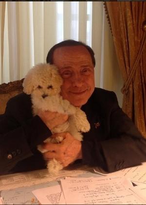 Berlusconi publicou mais de 60 fotos em apenas um dia, como esta com Dudu, seu cachorro - Reprodução/Instagram/silvioberlusconi2015