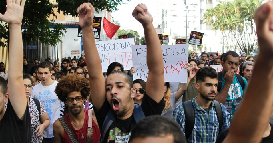 21.mar.2015 - Alunos da Uerj (Universidade Estadual do Rio de Janeiro) fazem manifestação unificada no largo do Machado, na zona sul do Rio de Janeiro, nesta quinta- feira, por melhorias no ensino e pelo pagamento dos salários atrasados dos funcionários terceirizados