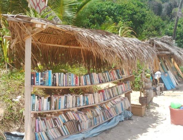Biblioteca da Praia foi criada para oferecer leitura aos turistas que visitam o local - Adalberon Omena / Biblioteca da Praia