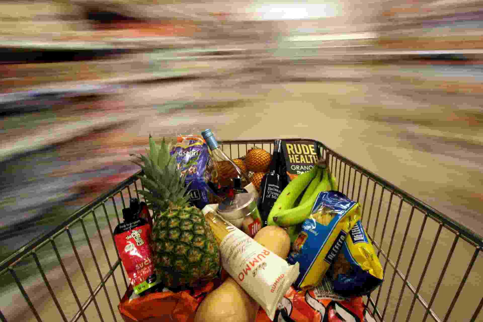 19.mai.2015 - Carrinho com compras é empurrado por supermercado de Londres, na Inglaterra - Stefan Wermuth/Reuters