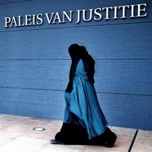 Mulher vestindo burca passa pelo Palácio de Justiça, em Haia, na Holanda