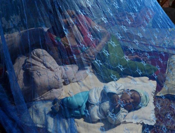 21.mai.2015 - Mulher e bebê nepalês repousa sob um toldo em Katmandu após vários terremotos atingirem o país e matar mais de 8.000 pessoas e deixar mais de meio milhão de desabrigados