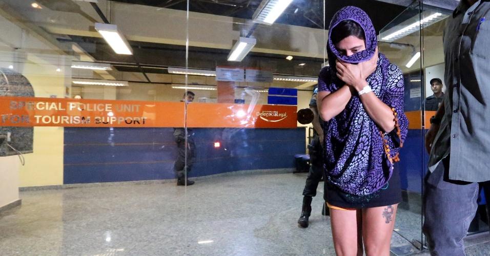 22.mai.2015 - A turista chilena Izidora Ribas Carmona deixa a DEAT (Delegacia Especial de Apoio ao Turista), no Rio de Janeiro, depois de prestar depoimento por ter sido esfaqueada na manhã desta sexta- feira (22), durante assalto na praça Paris, na Glória, zona sul da cidade. Testemunhas afirmaram que a turista de 32 anos teria reagido à abordagem. Ela foi ferida no pescoço e teve o tablet roubado