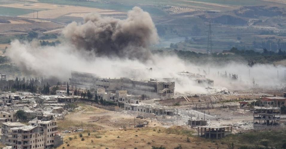 22.mai.2015 - Hospital é bombardeado por aviões das forças leais ao ditador da Síria, Bashar Assad, na cidade de Jisr al-Shughour, na província de Idlib, nesta sexta-feira (22). Os soldados sírios que eram mantidos reféns por insurgentes no noroeste da Síria foram libertados em uma operação militar, segundo a TV estatal