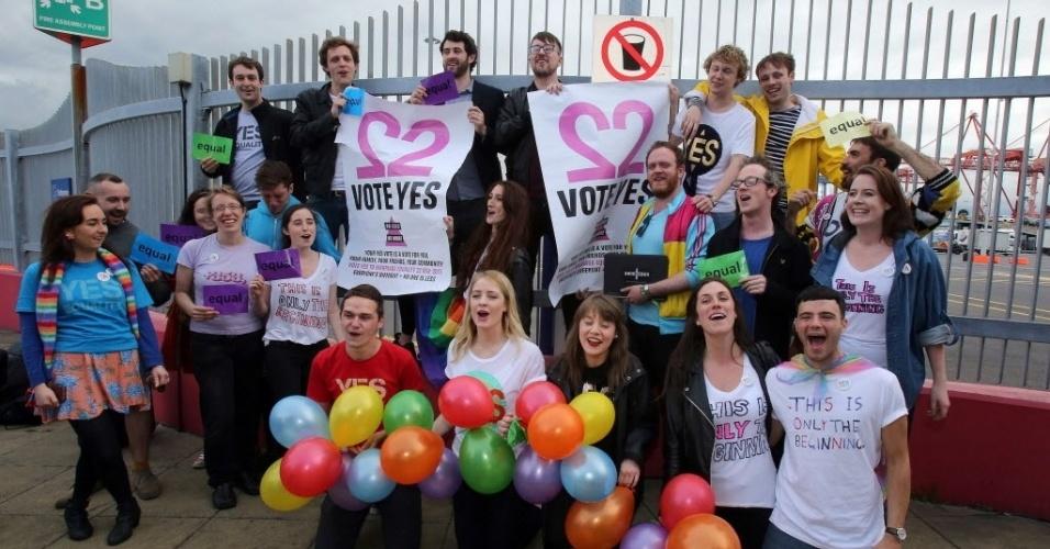 22.mai.2015 - Irlandeses posam para uma foto de grupo após chegarem de balsa da Grã-Bretanha para votarem em um referendo que deve aprovar a legalidade do casamento entre pessoas do mesmo sexo na Irlanda. O