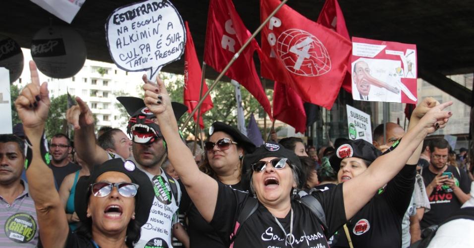 22.mai.2015 - Professores da rede estadual de ensino de São Paulo participam de mais uma assembleia da categoria no vão livre do Masp, na Avenida Paulista, na capital paulista, nesta sexta- feira (22). Em greve desde o dia 13 de março, os docentes reivindicam reajuste salarial de 75,33%