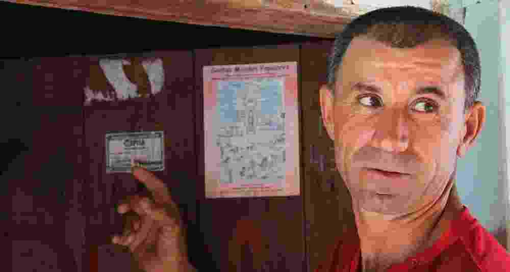 24.mai.2015 - Porcídio Fausto de Alencar, 44, mostra o adesivo da antiga Cepisa, hoje Eletrobras Piauí, que promete a chegada de energia elétrica em 2010 para a zona rural de São Francisco de Assis do Piauí - Orlando Berti / Portal O Olho