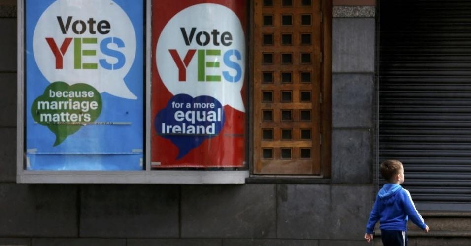 Criança passa por cartazes a favor do casamento gay estendidos no centro de Dublin, capital da Irlanda. Nesta sexta-feira (22), o país realiza um referendo para decidir sobre a legalidade do casamento entre pessoas do mesmo sexo