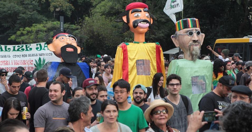 23.mai.2015 - Bonecos gigantes também participaram da Marcha da Maconha. Cerca de 4.000 pessoas participaram da Marcha da Maconha realizada neste sábado (23) em São Paulo. Os manifestantes iniciaram a concentração do vão livre do Masp (Museu de Arte de São Paulo) e seguiram até o Largo São Francisco, onde fica a faculdade de Direito da USP (Universidade de São Paulo)