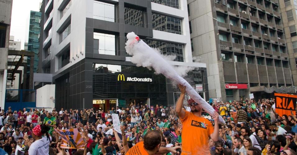 23.mai.2015 - Cerca de 4.000 pessoas participaram da Marcha da Maconha e fecharam avenida Paulista, região central da central de São Paulo, neste sábado (23). Os manifestantes iniciaram a concentração do vão livre do Masp (Museu de Arte de São Paulo) e seguiram até o Largo São Francisco, onde fica a faculdade de Direito da USP (Universidade de São Paulo)