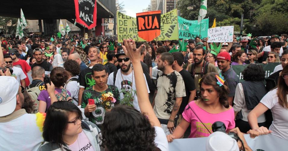 23.mai.2015 - Cerca de 4.000 pessoas participaram do ato realizado neste sábado (23) no centro de São Paulo (SP). Os manifestantes pedem a legalização do uso e produção da erva. O tenente Markus Castro disse que como o ato estava pacífico, a polícia não realizou fiscalização.