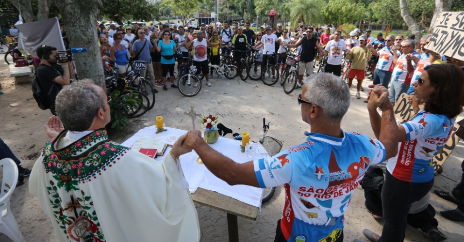 23.mai.2015 - Ciclistas participaram neste sábado (23) de uma missa campal na lagoa Rodrigo de Freitas, na zona sul do Rio de Janeiro, em homenagem ao médico Jaime Gold, morto a facadas no local na última terça-feira (19). Manifestantes discursaram e depois fizeram um minuto de silêncio. Eles também cobraram mais segurança na região