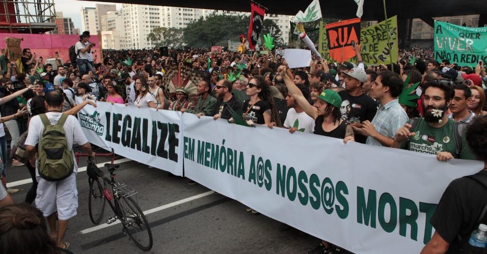 23.mai.2015 - Faixa exibida durante Marcha da Maconha faz referência as mortes relacionadas ao tráfico de drogas. Cerca de 4.000 pessoas participaram do ato realizado neste sábado (23) no centro de São Paulo (SP). Os manifestantes pedem a legalização do uso e produção da erva