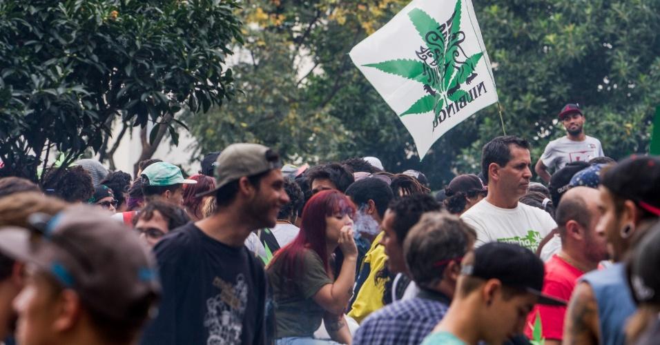 23.mai.2015 - Manifestantes se reúnem no vão do Masp (Museu de Arte de São Paulo) na capital paulista para a Marcha da Maconha neste sábado (23). O protesto é organizado para pedir a liberação da produção e circulação da erva
