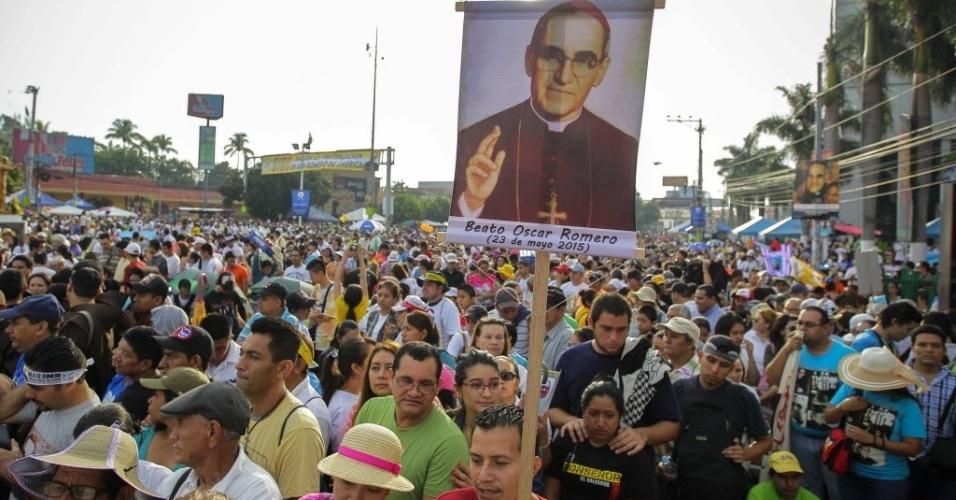 23.mai.2015 - Milhares de devotos participam de evento de beatificação do monsenhor Romero neste sábado (23) em praça de San Salvador (El Salvador). Monsenhor Romero é considerado herói e mártir para os salvadorenhos. Ele foi assassinado em 24 de março de 1980 por um esquadrão da morte. Para os fiéis, este é o primeiro passo para a canonização