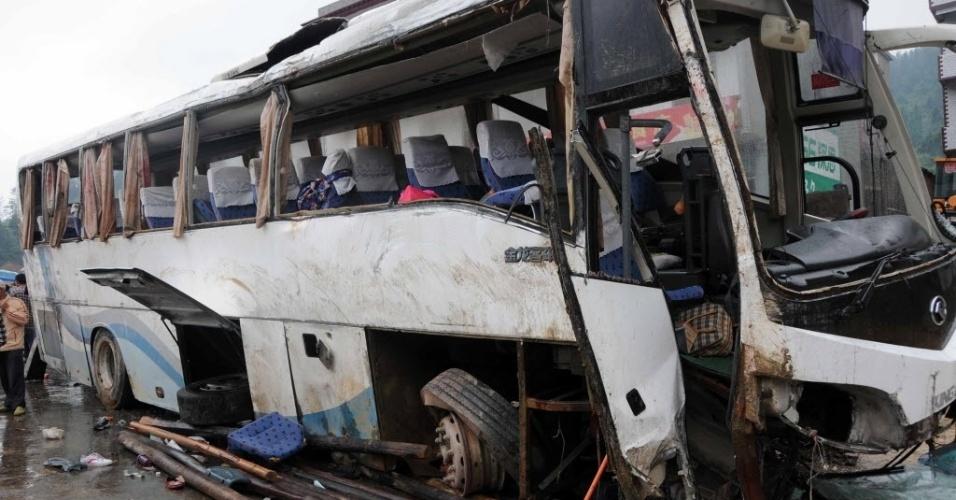 23.mai.2015 - Sete pessoas morreram em um acidente de ônibus em Xinning, na província de Hunan, no centro da China, neste sábado. O coletivo transportava 52 passageiros e bateu em uma barreira em uma estrada. Mais de 40 ficaram feridos