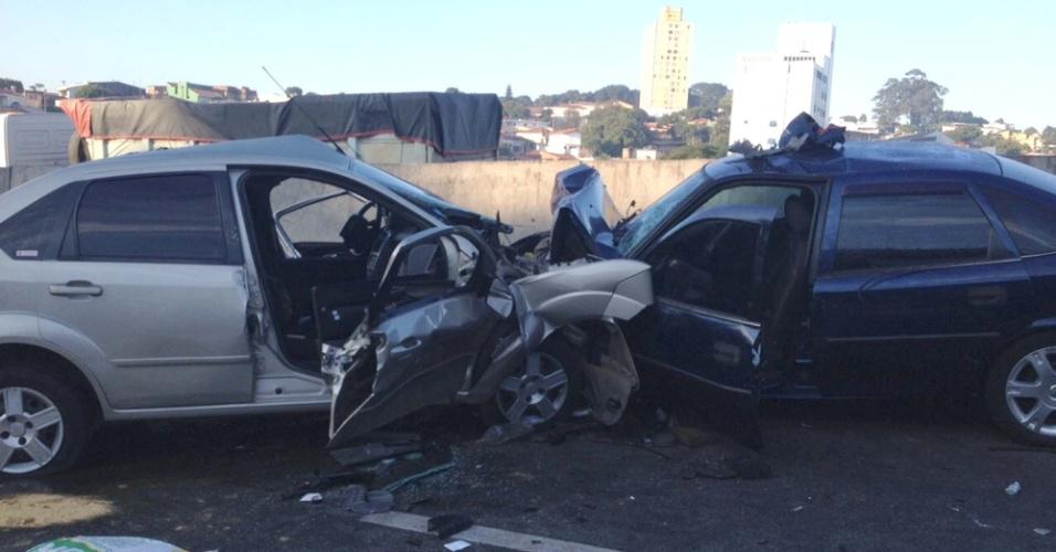 23.mai.2015 - Um acidente entre dois carros provocou a morte de duas pessoas na manhã deste sábado (23) no km 14 da rodovia Anhanguera, em São Paulo. Os veículos bateram de frente. A pista foi interditada