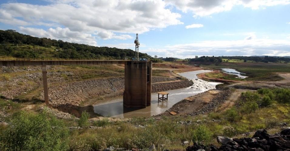 24.mai.2015 - A água do reservatório Jaguari é bombeada há um ano para o Sistema Cantareira. Neste domingo (24), o nível do sistema que abastece 5,4 milhões de pessoas na capital paulista e na região metropolitana registrou queda após sete dias estáveis. O reservatório opera com opera com 19,6% do volume armazenado de água, considerando aptos dois níveis de volume morto, ante índice de 19,7% registrado no sábado (23), segundo boletim da Sabesp (Companhia de Saneamento Básico do Estado de São Paulo)