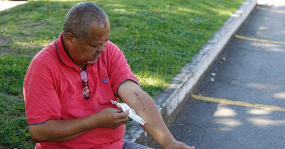 24.mai.2015 - Na manhã deste domingo (24), após uma tentativa de assalto, o compositor Josué Naval, de 55 anos, foi esfaqueado dentro de um ônibus da linha 378. A vítima foi socorrida e encaminhada para o hospital municipal Souza Aguiar, no centro, onde levou seis pontos no braço. O ladrão foi detido no local do crime por policiais militares