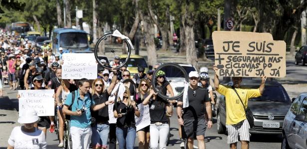 24.mai.2015 - Um grupo de ciclistas protestou por mais segurança nas ciclovias após morte de Gold