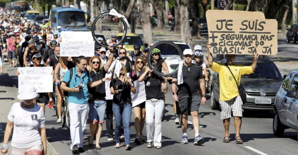 Um grupo de ciclistas realizou novo protesto neste domingo (24) para pedir mais segurança nas ciclovias. O encontro foi na lagoa Rodrigo de Freitas, zona sul do Rio Janeiro (RJ), onde o médico Jaime Gold foi assaltado e morreu vítimas de facadas na quarta-feira (20)