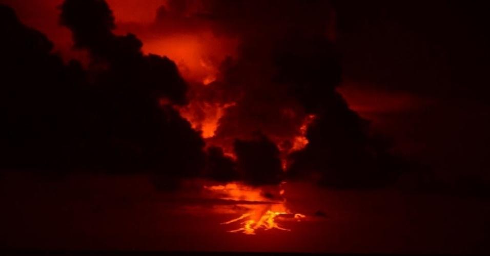 25.mai.2015 - Imagem divulgada pelo Parque Nacional de Galápagos mostra a erupção do vulcão Lobo, na ilha Isabela, no arquipélago de Galápagos