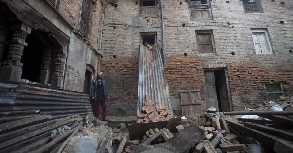 25.mai.2015 - Morador observa edifício em ruínas em Bhaktapur, no Nepal. Um mês depois do primeiro terremoto que devastou partes do país, a população tenta reconstruir suas casa e voltar a vida normal