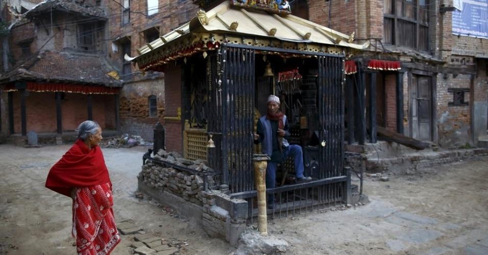 25.mai.2015 - Moradores saem de templo danificado onde fizeram orações, em Katmandu, um mês depois do devastador terremoto que destruiu parte do país