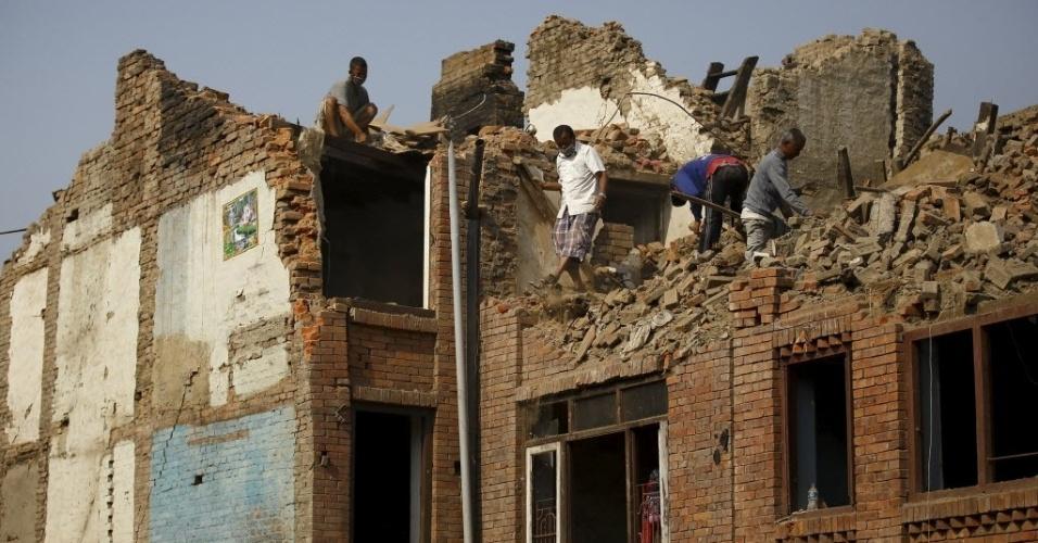 25.mai.2015 - Moradores tentam recuperar casas destruídas um mês depois do primeiro terremoto atingir o Nepal, em Katmandu