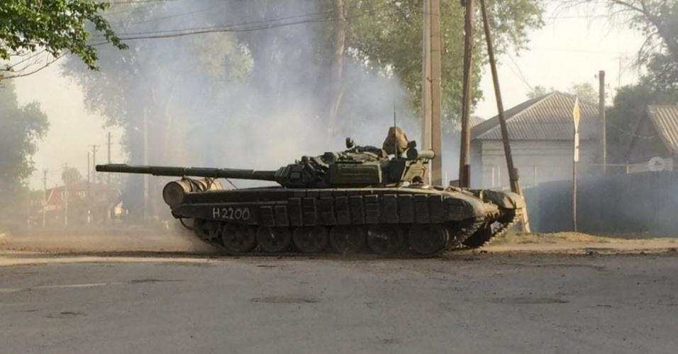 26.mai.2015 - A bordo de tanque, militares passam por uma rua da cidade russa de Matveev Kurgan, perto da fronteira com a Ucrânia. Um comboio de nove tanques dirigiu por ruas da cidade, de acordo com um jornalista da agência de notícias Reuters