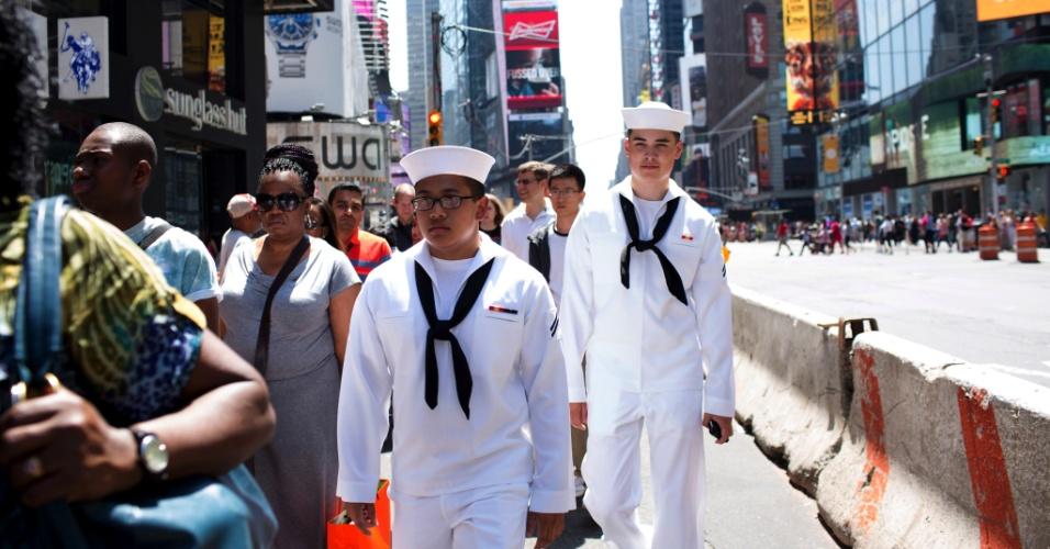 26.mai.2015 - Marinheiros dos EUA Eddie Consulgarcia (à esquerda) e Christian Nordstrom visitam a Times Square, em Nova York, durante a Semana da Esquadra