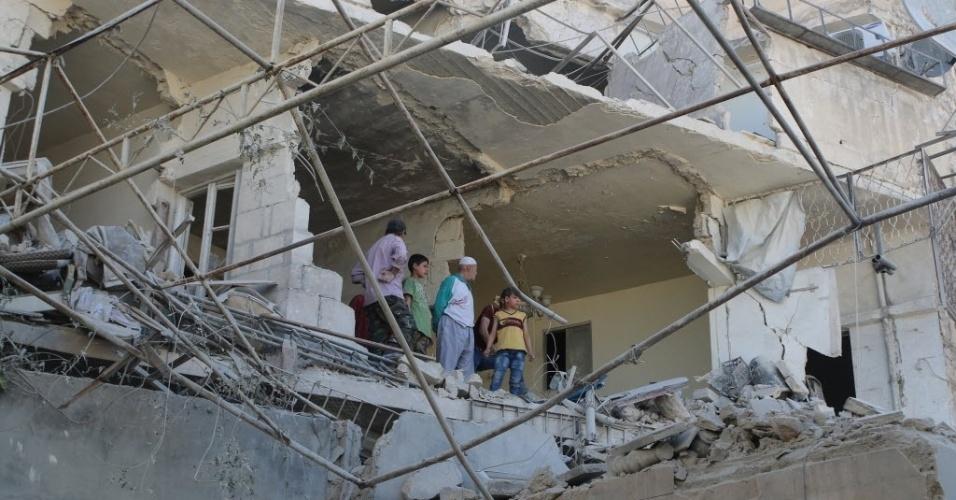 26.mai.2015 - Moradores observam edifício destruído após um ataque a bombas feito pelas forças do ditador sírio, Bashar Assad, na cidade velha de Aleppo