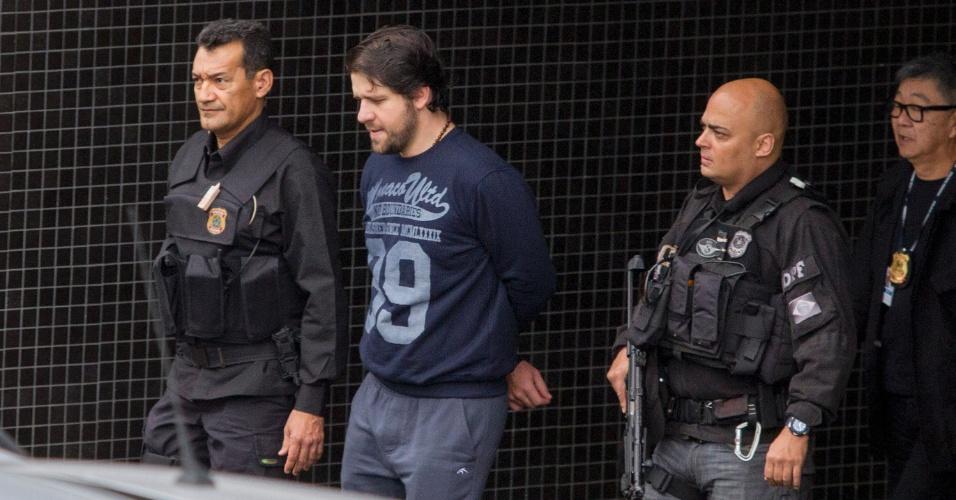 26.mai.2015 - O ex-deputado federal Luiz Argôlo (SD-BA), preso na Operação Lava Jato, é transferido da sede da Polícia Federal de Curitiba para o Complexo Médico-Penal do Paraná, em Pinhais, na região metropolitana da capital paranaense
