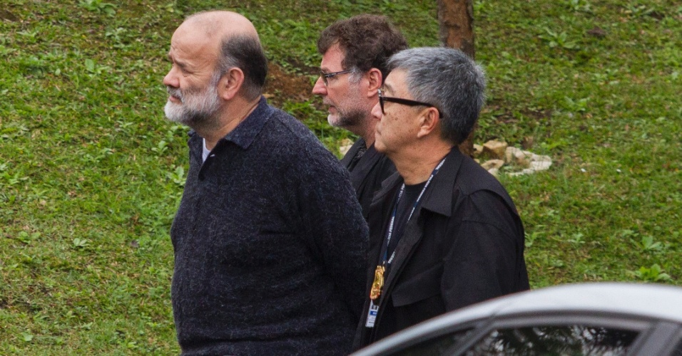 26.mai.2015 - O ex-tesoureiro do PT João Vaccari Neto (à esquerda), preso na Operação Lava Jato, é transferido da sede da Polícia Federal de Curitiba para o Complexo Médico-Penal do Paraná, em Pinhais, na região metropolitana da capital paranaense