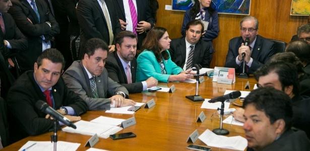 O ex-presidente da Câmara, Eduardo Cunha (centro) e ex-presidente da Comisão Especial da Reforma Politica e atual candidato à presidência, Rodrigo Maia (à esq)
