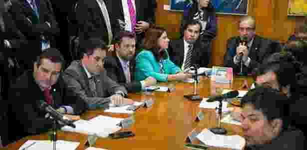 O presidente da Câmara, Eduardo Cunha (centro), durante reunião com líderes para tratar da votação da reforma política - Ed Ferreira/Folhapress