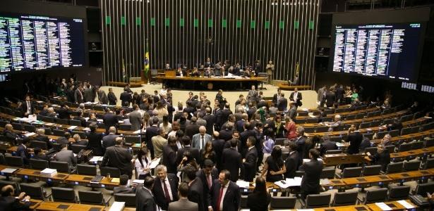 Deputados durante a votação sobre itens da reforma política nesta quarta-feira (27), que rejeitou o financiamento exclusivamente público de campanha - Ed Ferreira/Folhapress