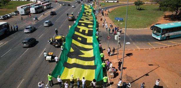 27.mai.2015 - Participantes da Marcha pela Liberdade, caminham na Esplanada dos Ministérios, em direção ao Congresso Nacional - Ed Ferreira/Folhapress
